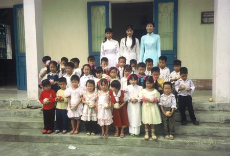 Gruppenfoto mit den Kindern und ihren Betreuerinnen