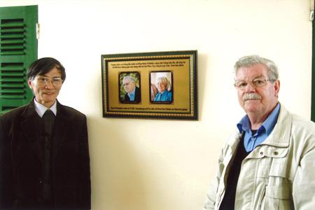 Milo Roten, Vize-Präsident der GÖV, neben der Gedenktafel von Jutta und Heinz Fahnler