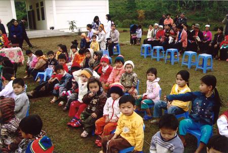 Die Kinder bei der Eröffnungsfeier des Kindergartens